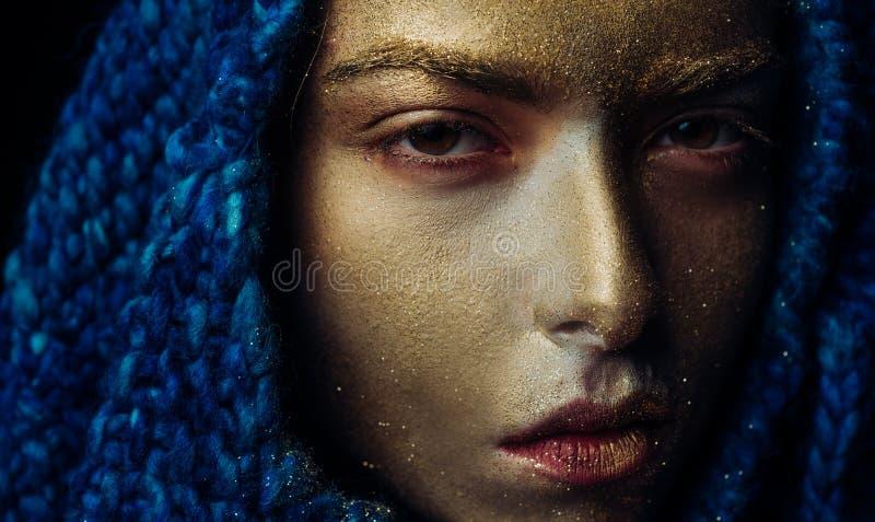 ren guld Vogue begrepp guld- hud N?tt framsida f?r attraktiv kvinna med metallized f?rg f?r makeup- och kroppkonst SPA och arkivfoton