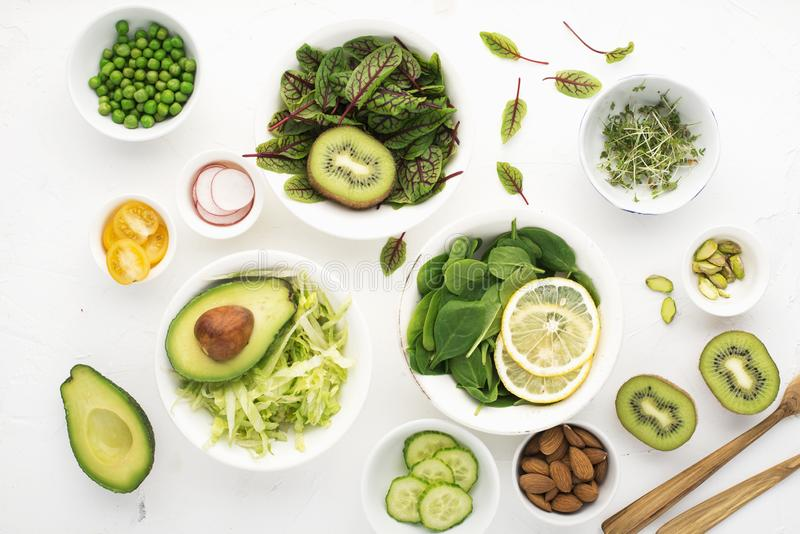 Ren mat Nya rå grönsaker och grönsallatsidor som förbereder en sund mellanmålmålsallad Top beskådar på ett ljus royaltyfria foton