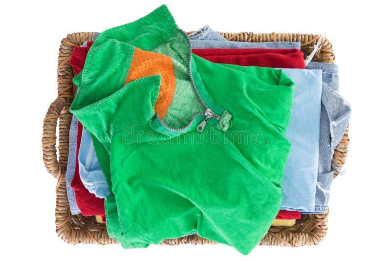 Ren ny tvättad sommarkläder i en korg arkivfoto
