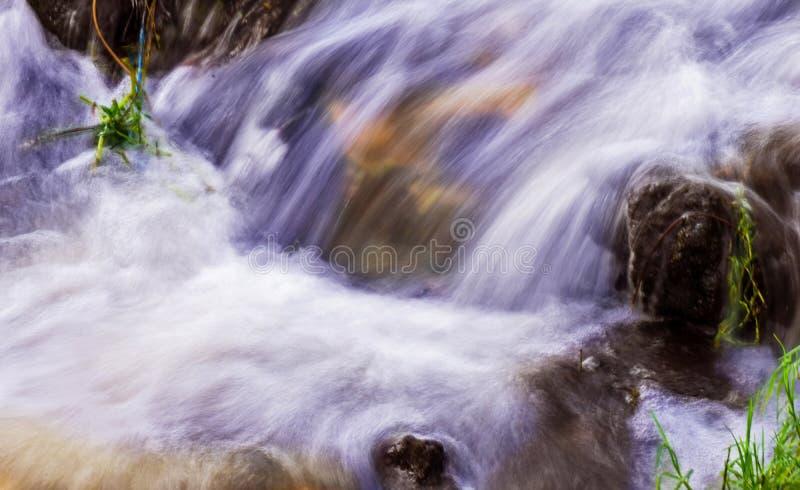 Ren och härlig bakgrund av slätt och silkeslent flödande vatten royaltyfri foto
