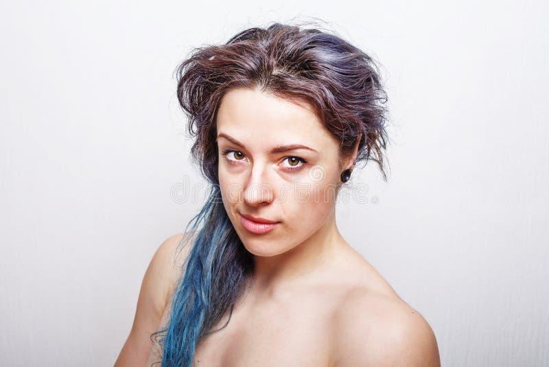 Ren stående av en årig kvinna trettio med smutsigt hår royaltyfri foto