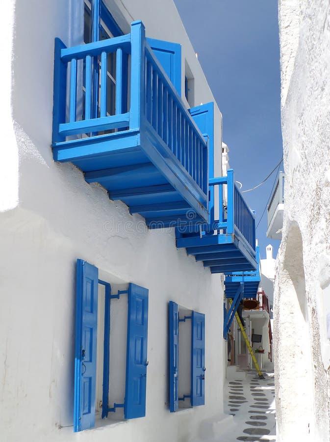 Ren vit och livliga blåa hus och en liten gränd på den Mykonos staden, Grekland fotografering för bildbyråer