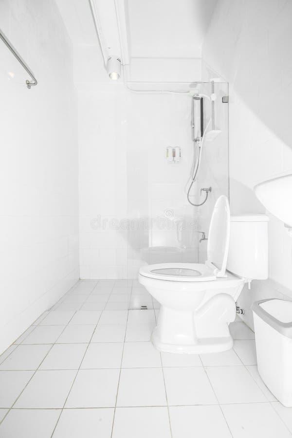 Ren vit toalett i badrum, inre modern stil arkivfoto