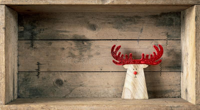 Rena de madeira da decoração dos símbolos do Natal em uma caixa de madeira imagens de stock royalty free