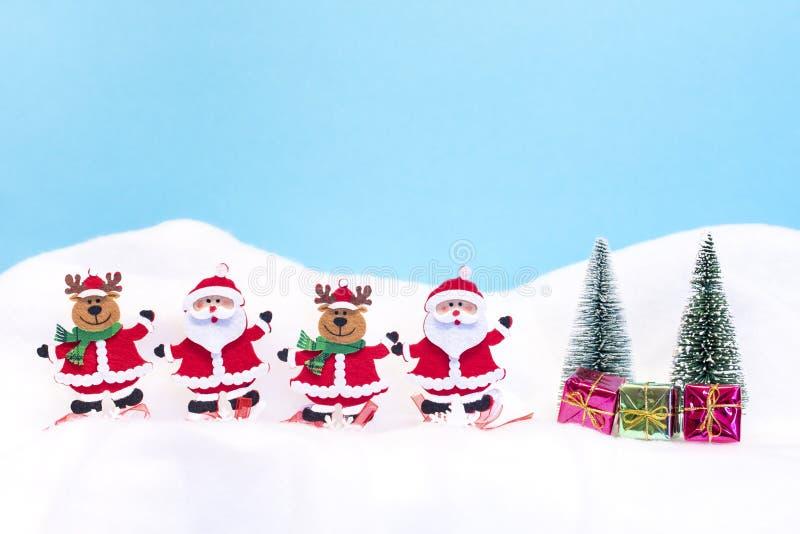 Rena dois Santa Clauses e dois com presentes imagem de stock royalty free