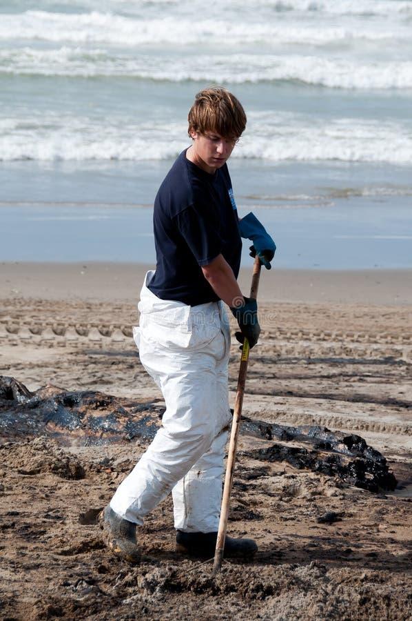 rena för clean olja spill upp arbetare royaltyfria bilder