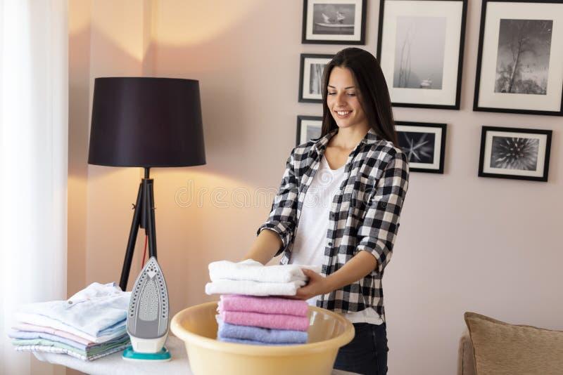 Rena handdukar för kvinnavikning royaltyfri foto