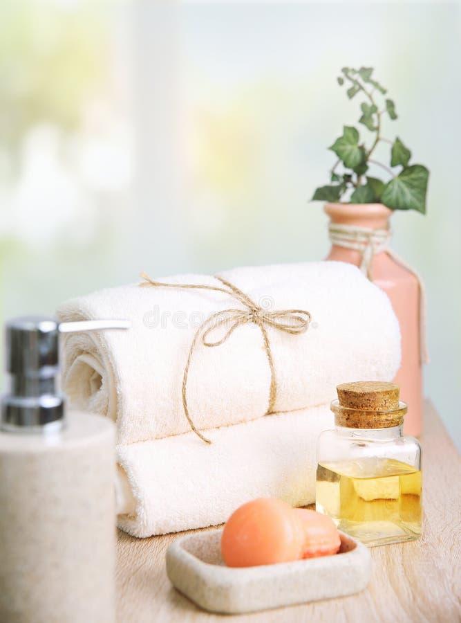Rena handdukar och tvål Hotellbadrumobjekt royaltyfria foton