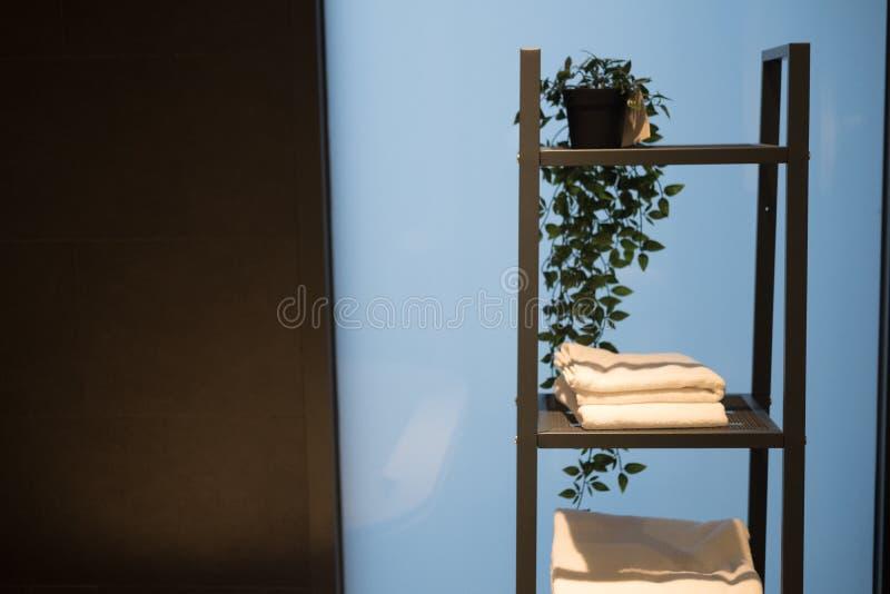 Rena handdukar på trähyllor i badrum royaltyfri bild