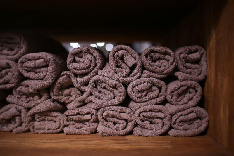 Rena mjuka handdukar på hylla i friseringsalong arkivfoton