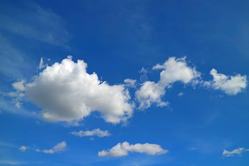 Rena vita fluffiga stackmolnmoln som svävar på livlig blå himmel av Peru, Sydamerika arkivfoton