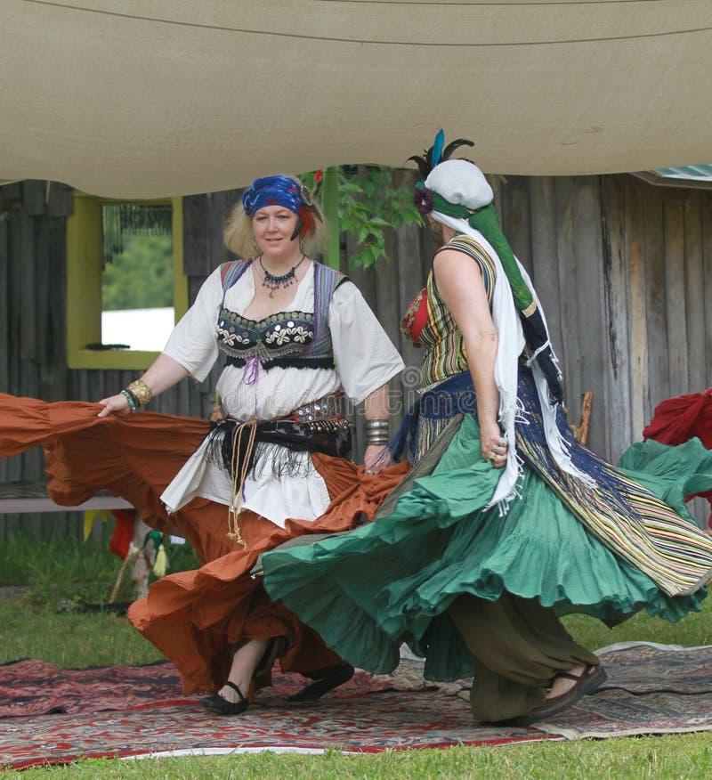 Renaissance Eerlijke Dansers in kostuum met volledige rokken royalty-vrije stock foto