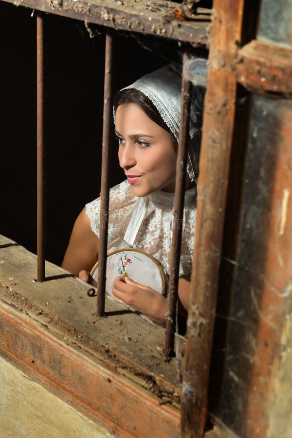 Renaissancefrau hinter Fenster lizenzfreie stockfotos
