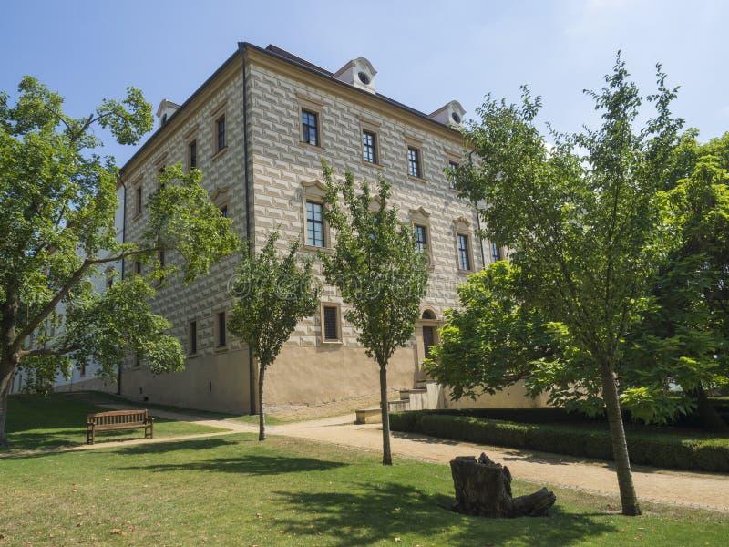 Renaissancestilschloss mit Sgraffito verzierte Fassade, Park, Fußweg, grüne Bäume im Garten arbeiten und Holzbank, sonniger Somme lizenzfreie stockbilder
