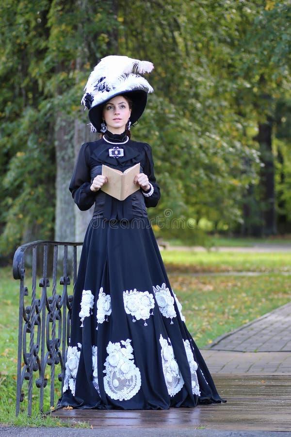 Download Renaissancevrouw Met Boek Op De Brug In Het Park Stock Afbeelding - Afbeelding bestaande uit dame, mooi: 107708793