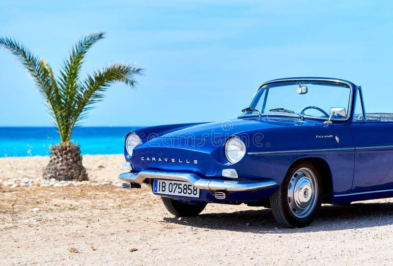 Renault Caravelle auf dem Strand stockbilder