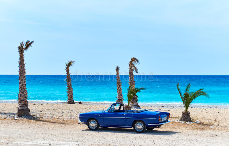Renault Caravelle auf dem Strand lizenzfreie stockbilder