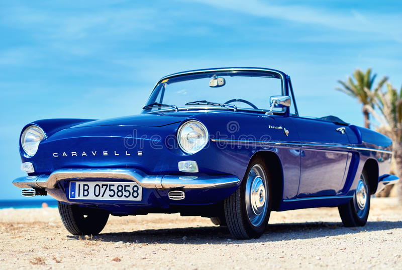 Renault Caravelle en la playa imagen de archivo