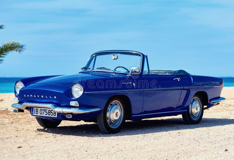 Renault Caravelle på stranden royaltyfri foto