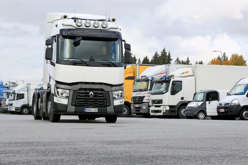 Renault ciężarówki ciągnik T480 Jadący na Ciężarowym jardzie obraz stock