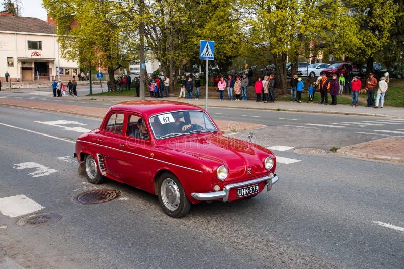 Renault Dauphine dessus d'abord de défilé de mai dans Sastamala images libres de droits