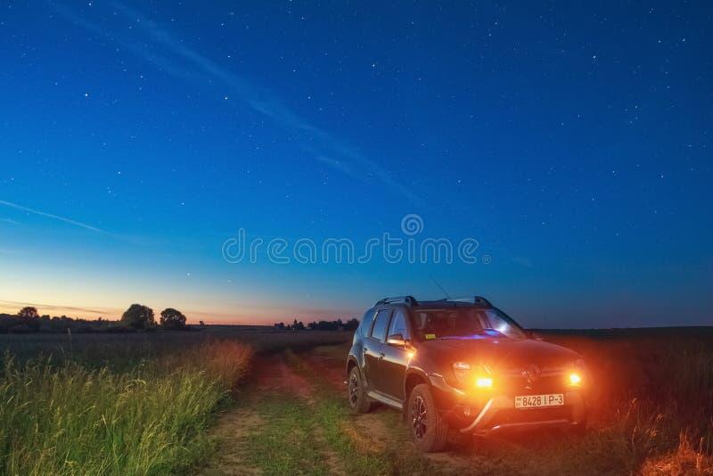 Renault Duster under himlen på som en sällsynt himmelsk phenomeno royaltyfri bild