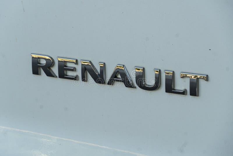 Renault-embleem op een witte auto stock foto's