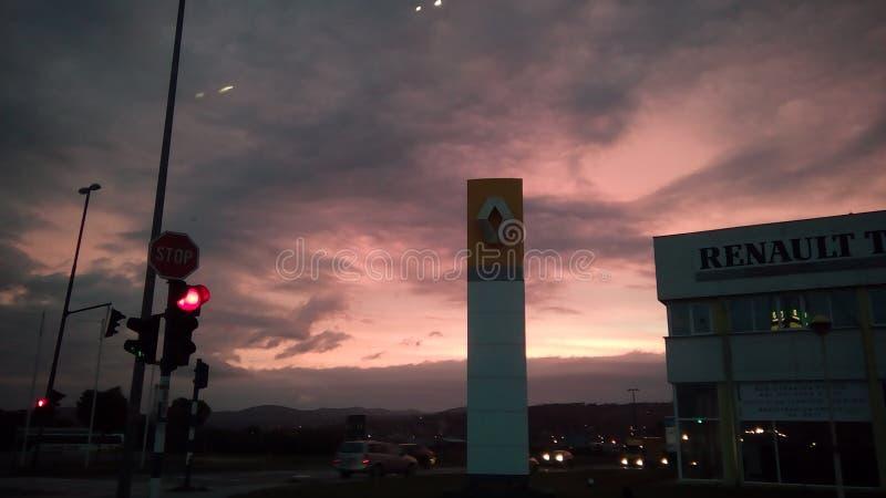 Renault-het handel drijven en een mooie zonsopgang stock afbeelding