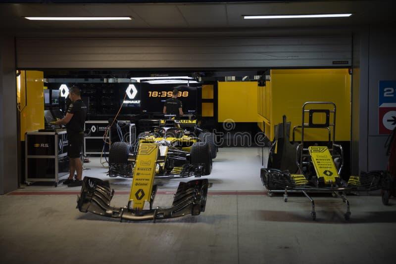 Renault-Teamauto in den Kästen stockbild