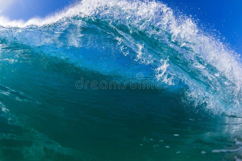 Rencontre de natation d'océan de vague photographie stock libre de droits
