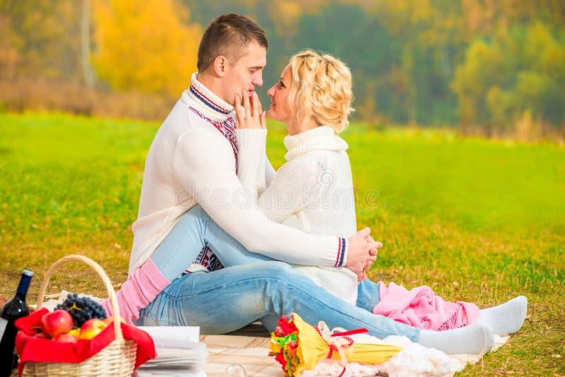 Rencontrer les couples affectueux en parc images libres de droits