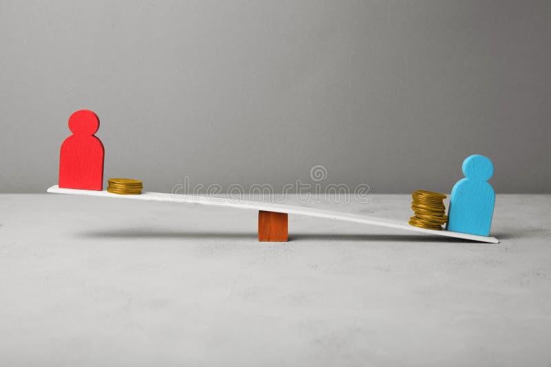 Renda nivelada diferente do pagamento dos povos Conceito financeiro da diferen?a fotografia de stock royalty free