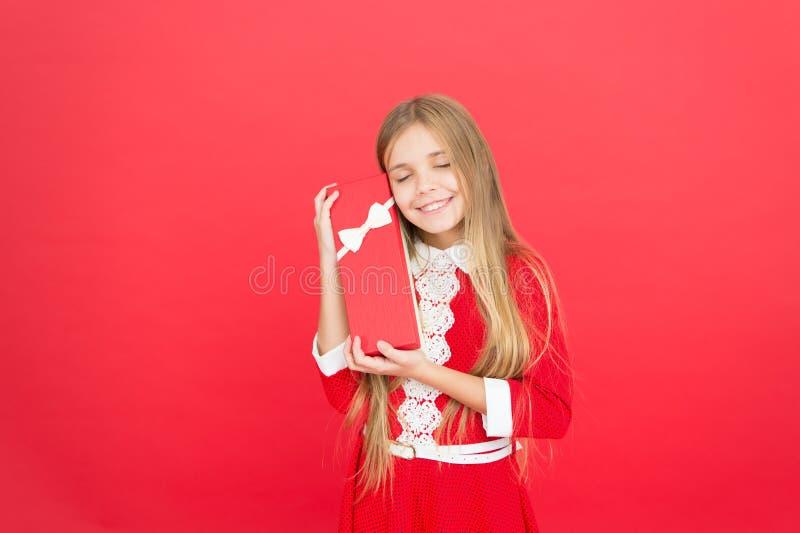 Rendala felice Ragazza di compleanno Scatola attuale della tenuta della ragazza Il bambino porta il regalo avvolto con l'arco del immagine stock libera da diritti