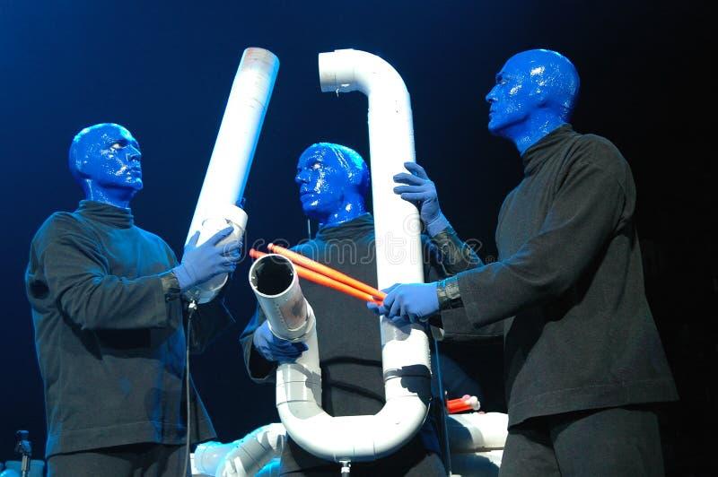 Rendement bleu de groupe d'homme photo stock
