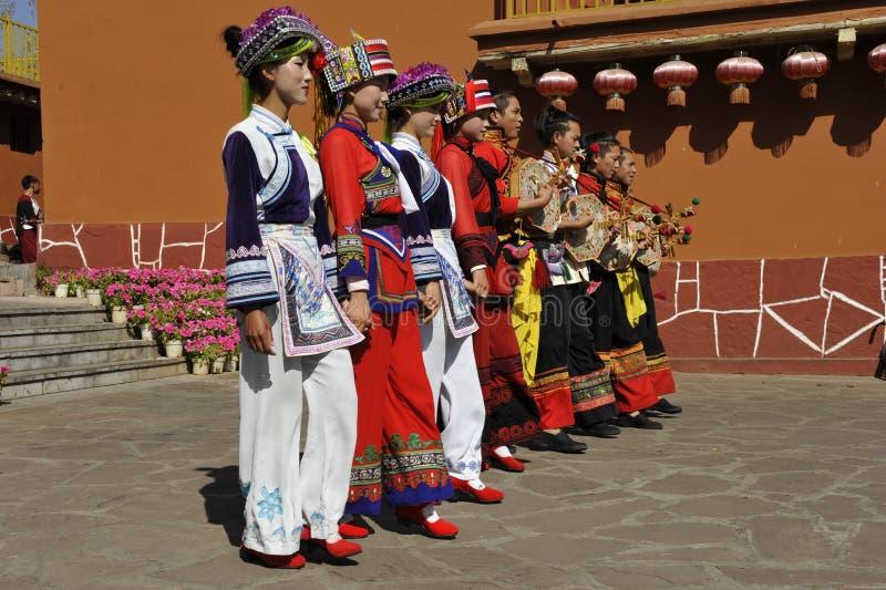 Rendement de danse de la minorité de YI, Chine images libres de droits