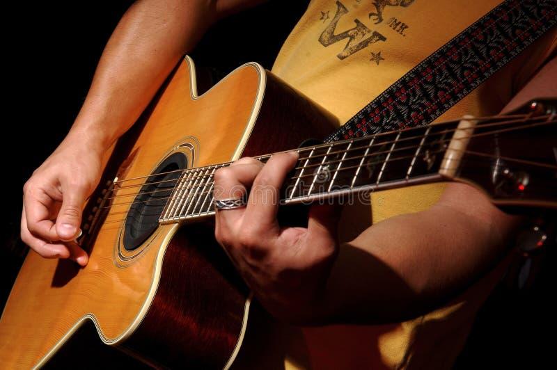 Rendement de guitare acoustique par la bande de musique photos libres de droits