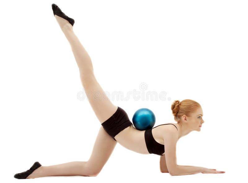 Rendement de gymnaste d'exrcise de femme avec la bille images libres de droits