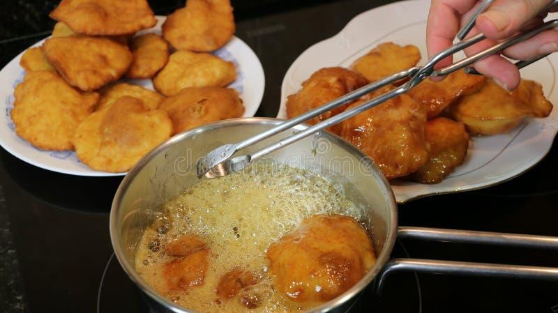 Rendendo ai dolci della nonna un dolce casalingo fritto con miele fotografia stock