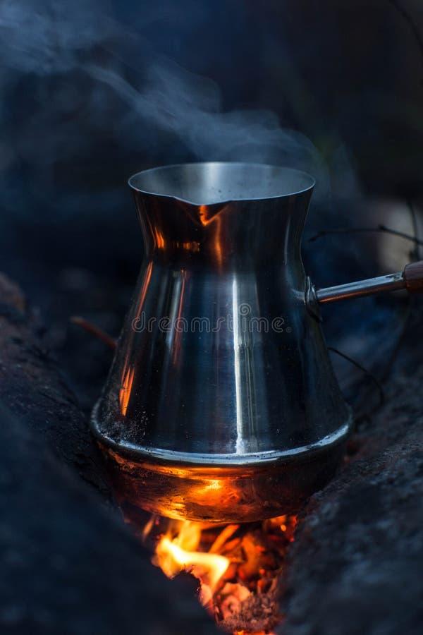 Rendendo a cezve del caffè i carboni ardenti fotografie stock libere da diritti