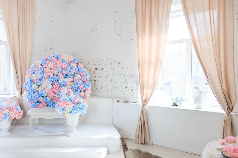 Rendendo a fiori stanza luminosa spaziosa fotografie stock