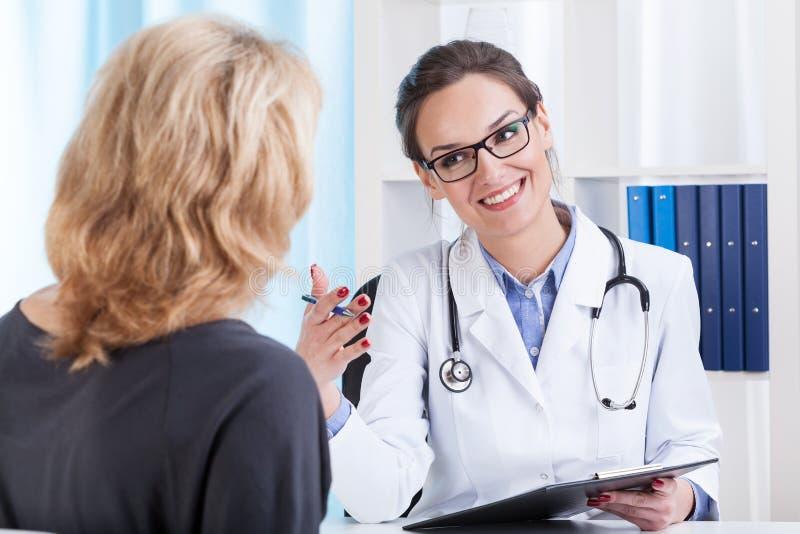 Rendez-vous médical dans le bureau du docteur photos stock