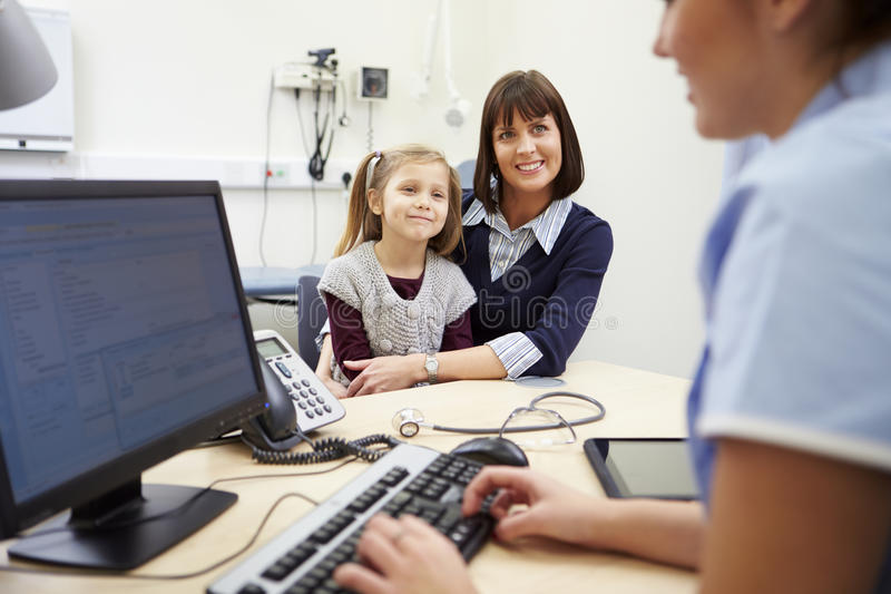 Rendez-vous pour la mère et la fille avec l'infirmière photo libre de droits