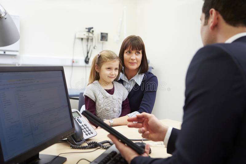 Rendez-vous pour la mère et la fille avec le docteur images libres de droits
