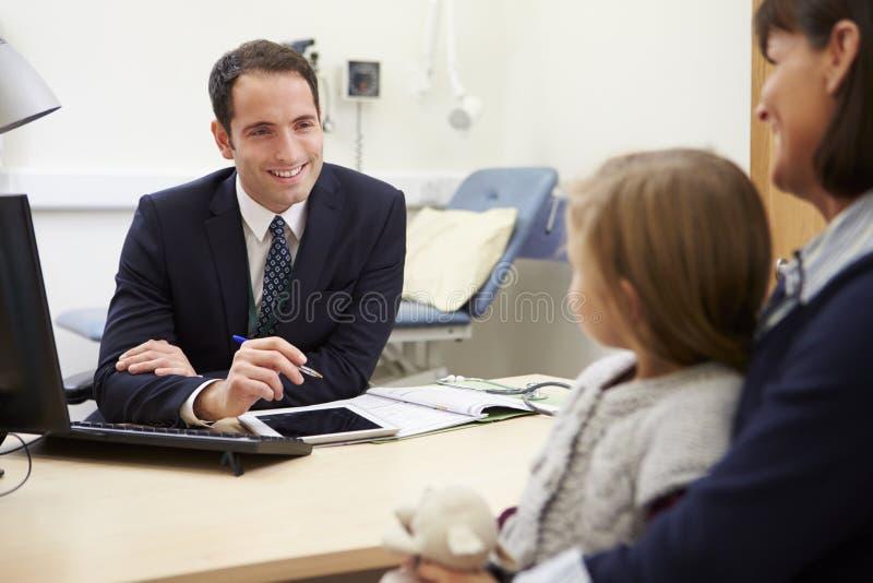 Rendez-vous pour la mère et la fille avec le docteur image libre de droits