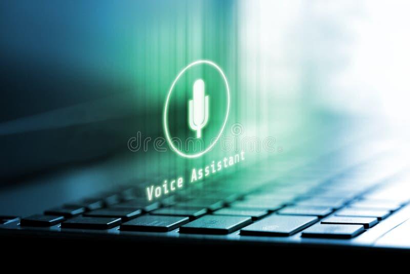 rendi??o 3D do logotipo do microfone no port?til Conceito da tecnologia assistente da voz foto de stock royalty free