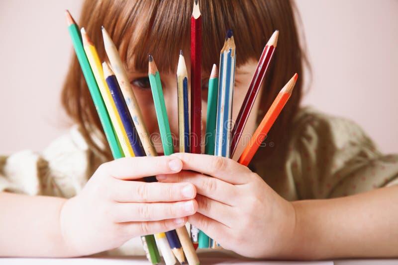 Rendons notre vie intéressante et colorée ! Photo humoristique de grand artiste Portrait de fille mignonne de petit enfant avec c images stock