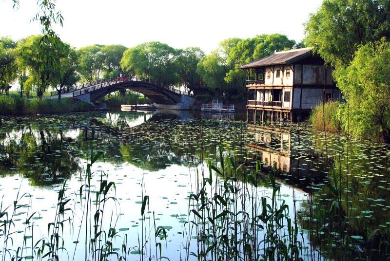 Renfermez la passerelle et le lac image libre de droits