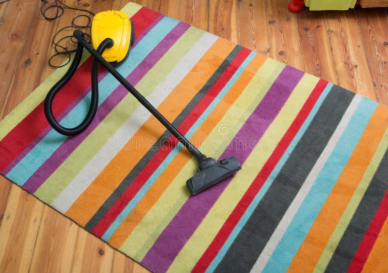 rengörande golv med dammsugaren royaltyfria foton