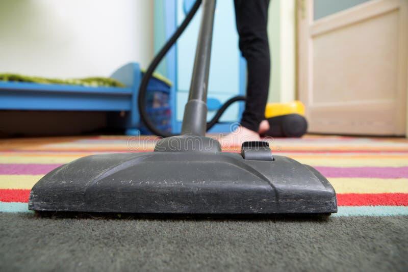 rengörande golv med dammsugaren royaltyfri foto