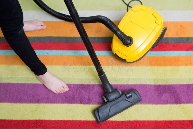 rengörande golv med dammsugaren arkivfoto